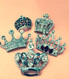 Esprit royal. Broches en strass en vente chez G&T