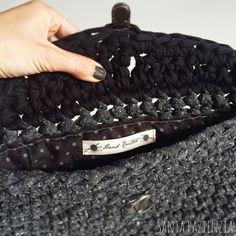 Aprende a tejer un Clutch de trapillo con solapa. Crochet Stitches, Knit Crochet, Diy Bags Tutorial, Crochet Purses, Knitted Bags, Clutch Purse, Purses And Handbags, Crochet Projects, Knitting
