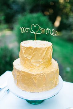 Gold Frosted Two-Tier Wedding Cake | Photo: Tifani Lyn Photography |