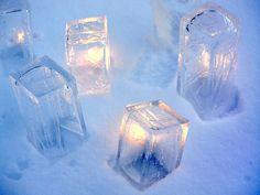 Maitopurkkeihin jäädytetyistä isoista jääpaloista voi tehdä hääpaikan eteen erilaisia jäätaideteoksia.