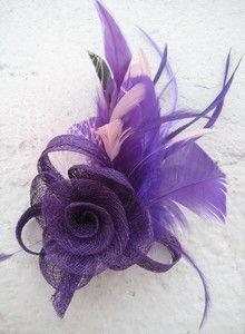 Tocado flor morada con plumas