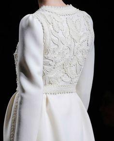 white coat- Valentino Fall 2012 I want Couture Fashion, Hijab Fashion, Fashion Beauty, Fashion Dresses, Fashion Looks, Womens Fashion, Couture Details, Fashion Details, Fashion Design