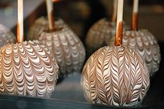 Caramel Apple with Chocolate Swirl Designs Chocolate Covered Apples, White Chocolate, Chocolate Pops, Chocolate Cakes, Chocolate Strawberries, Gourmet Caramel Apples, Carmel Candy, Peppermint Bark, Chocolate Caramels