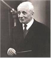 Tullio Serafín chef d'orchestre italien1878 - 1968. Il fait ses études à Milan et joue dans l'orchestre de la Scala comme  violoniste. Toscanini l'engage comme chef-assistant à la Scala. Il participe à l'inauguration du Festival de Vérone et redonne un nouvel élan à l'opéra Italien. Il découvre  Beniamino Gigli, Rosa Ponselle, puis Maria Callas, qu'il entend pour la première fois à Vérone et il l'engage aussitôt et fait d'elle La Callas.Il aide aussi Joan Sutherland.