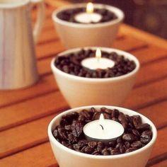 llega una taza de granos de café y pon una vela. Obtendrás un agradable olor en tu casa