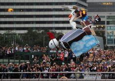 香港(Hong Kong)のビクトリア湾(Victoria Harbour)で開催された、オーストリアの健康飲料メーカー、レッドブル(Red Bull)が主催する人力飛行機コンテスト「フルークターク(Flugtag)」(ドイツ語で「飛行の日」の意)の参加者(2014年5月11日撮影)。(c)AFP/DALE DE LA REY ▼12May2014AFP|巨大ハンバーガーで空へ! 香港で人力飛行機コンテスト http://www.afpbb.com/articles/-/3014653 #Hong_Kong #HongKong #Flugtag