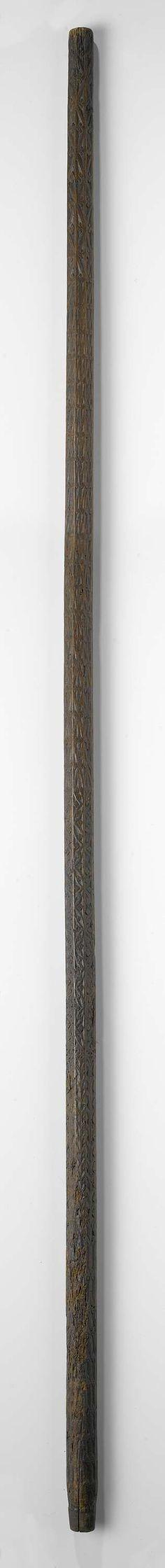 Anonymous | Pelgrimsstok van hout, gedecoreerd met in reliëf gesneden ornamenten, Anonymous, c. 1500 - c. 1600 | Pelgrimsstok van hout, gedecoreerd met in reliëf gesneden ornamenten, waaronder aaneengesloten ruitvormen met middenin een bloem.