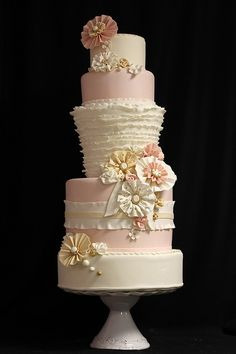 Ruffle Wedding Cake med by Amanda Oakleaf Cakes,