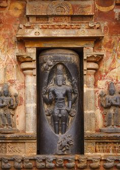 Carving Of Lord Shiva In A Lingam At The Bottom Of A Tower In The Airavatesvara Temple, Darasuram, India Indian Temple Architecture, Ancient Architecture, Temple Indien, Asian Sculptures, Krishna, India Culture, Hindu Deities, Stone Sculpture, Hindu Art
