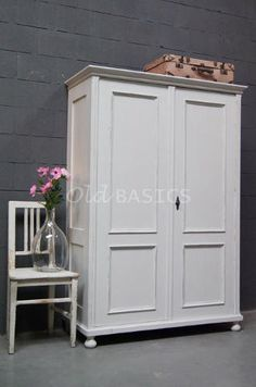 linnenkast 10021 oude linnenkast in een blauwgrijze kleur de kast staat op sierlijk golvende. Black Bedroom Furniture Sets. Home Design Ideas