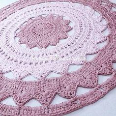 Delicado... . #crochet #croche #handmade #cesto #fiodemalha #feitocomamor #feitoamao #trapilho #totora #knit #knitting #decor #quartodebebe #baby #ac_tapete #tapeteparasala #carpet #tapeterosa #tapeteparabebe #tapetecolorido #tapete #quartomontessoriano #tapeteparamenina