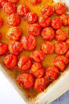 Roasted Cherry Tomatoes are simple to make plus they're great for salads, pizzas, pasta dishes and they're perfect as a side dish! Roasted Cherry Tomatoes, Grilled Tomatoes, Side Recipes, Easy Dinner Recipes, Vegetable Side Dishes, Vegetable Recipes, Roasted Vegetables, Veggies, Healthy Snacks
