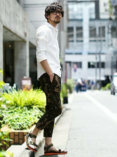 【nano・universe】 迷彩柄のクロップドパンツは、股下にマチを入れたクライミングパンツ仕様。ストレッチ素材と相まってストレスフリーな履き心地が魅力です。迷彩のハードな印象を白シャツやサンダルで和らげ、夏らしく爽やかにまとめています。 http://zozo.jp/coordinate/?cdid=1373127