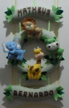 Enfeite de Porta de Maternidade Safari para gêmeos, feita em feltro, à mão e personalizados com os nomes de seus bebês.