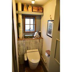 タンクレスdiyしたトイレです♪元は配管だらけで床はコンクリートだったので冬は特に行きたくない場所でした。冷たい床はよくある子供用のクッションマットでベースを作り、タイル調のフロアマットを敷き足の冷たさがなくなり大改善しました〜(^_^)vタンクも隠す事で配管が隠れスッキリしました。タンクを隠している側面の左上部分に実は隠し扉があり、掃除用具を忍ばせてあります(^-^)左の大きな排水管が難関でしたが、上の棚のベースはつっぱり棒で見た目を良くするためにベニヤ板で覆ってまるで備え付けの棚の様に仕上げました。収納アイデア/狭小住宅/団地/自作棚/DIY/トイレ…などのインテリア実例 - 2016-03-08 19:35:06 | RoomClip(ルームクリップ)