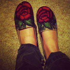 zapatos bordados con rosas