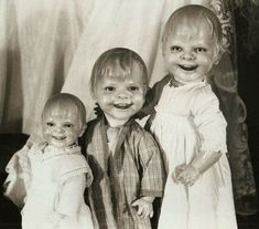 Dolls have always been some of the most creepy objects in horror fanfiction. The most famous example of scary dolls is Chuckie from Child's Play, in which Vintage Bizarre, Creepy Vintage, Vintage Halloween, Diy Halloween, Halloween Decorations, Halloween Costumes, Creepy Old Photos, Creepy Pictures, Bizarre Photos