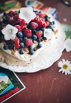 Pavlova med grädde, daim och färska bär | Linda Lomelino. Recipe is in English.