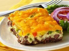 Torta de Cheeseburger Ingredientes 1 kg carne moída magra 1 1/2 cebola picada 1 colher de chá de sal Legumes sortidos de sua preferência 2 xícaras de leite 4 ovos batidos 2 copos de farinha de trigo 1 colher (sopa) de fermento químico 3 colheres (sopa rasa) de amido de milho 2 xícaras de queijo da sua preferência ralado