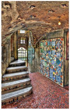 Escadaria central no Castelo de Fonthill, localizado em Doylestown, no estado norte-americano da Pensilvânia, USA. Henry C. Mercer, o dono e construtor, entrou no castelo em maio de 1912. Construído de concreto misturado à mão, foi decorado com ladrilhos artesanais brilhantes embutidos, da fábrica de Mercer e da sua coleção pessoal de cerâmica. Até mesmo os tetos abobadados foram assim decorados…