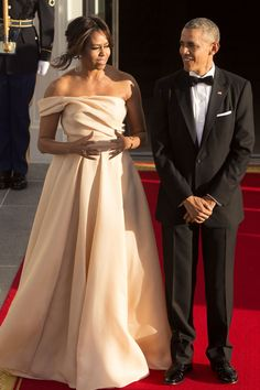 Barack and Michelle Obama Barak And Michelle Obama, Barrack And Michelle, Estilo Fashion, Look Fashion, Mode Geek, Barack Obama Family, Obamas Family, Dinner Gowns, Michelle Obama Fashion