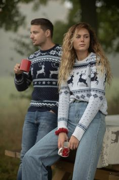 Beautiful chrismtas present and christmas sweater. Great for your family ski vacation. It will keep you warm on the cold winter days. Our merino wool is from italian suppliers, certified and recycled. Winter Day, Winter White, White Reindeer, Ski Wear, Sweater Making, Warm Sweaters, Cold Day, Sports Women, Merino Wool