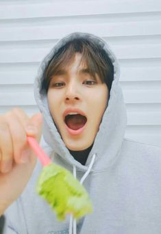 Kim Mingyu with salad 💖