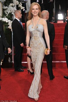 Fashion Tricks Women MISS - Nicole Kidman: Bu altn ivili Versace elbisesi bir esmer zerinde muhteem olurdu, ama Nicole s hayalet gibi cilt kar ykanp grnyor Nicole Kidman, Celebrity Dresses, Celebrity Style, Moda Chic, Glamour, Red Carpet Dresses, Red Carpet Looks, Celebs, Celebrities