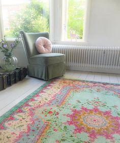 #interior #carpet #tapis #pastellove #rozenkelim #flowers #interiordesign #rug #vintagestyle #thrifted #thrift #living #kleinwoongeluk #vtwonen