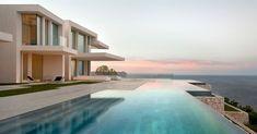 piscine moderne d'une maison design, mobilier outdoor moderne et vue sur la mer