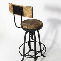 Ce tabouret de bar industriel vous fera craquer grâce à son look vintage Son assise en bois à 75 cm de haut vous permettra de prendre de la hauteur. Sa structure en métal et le siège de ce tabouret en bois vous assureront une robustesse certaine, une bonne stabilité et un confort à toute épreuve. Il vous sera facile de l'intégrer à votre intérieur auprès d'un meuble bar ou bien d'un mange debout. Ce tabourer existe également sans dossier.