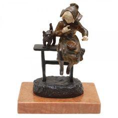 G. OMERTH - Estatueta em bronze e marfim representando menina com gato. Assinada na base G. Omer. Base em mármore. Europa. Início do séc. XX. 18 cm (com a base).Vendido R$3.500,00 set14.