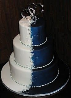 Beautiful duo-colored cake. I love the saturation in the blue side.