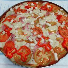 Pizza saindo  Massa: 3 ovos 12 colheres de sopa de aveia 90 ml de leite desnatado 3 colheres de requeijão light Bate no liquidificador por 2 minutos Acrescenta 3 colheres de chá de fermento em pó e bata por mais 2 minutos. Deixe a massa assar por 10 minutos e recheie a vontade. O recheio usei peito de peru ricota tomate pimentão palmito e molho de tomate caseiro. Levo no forno por mais 15 minutos e está pronta. Rende 8 pedaços  Me adicionem no meu Snapchat  mailakarling  #receitasdamaila…