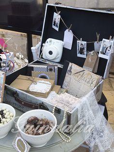 Detalle maleta vintage para bodas, incluye libro de firmas, cámara Polaroid Instax mini para captar los mejores momentos...
