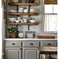#küche#regal#waage#oldschool#holz#weiss#fenster#gardinen#porzellan#pflanze#hell#licht#grau#beige#interior#design#99chairs