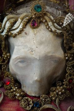 A relic hunter has lifted the lid on a macabre collection of jewel-encrusted skeletons unearthed in churches across Europe.Art historian Paul Koudounaris has photographed dozens of skelet. Memento Mori, Images Terrifiantes, Rome Catacombs, La Danse Macabre, Macabre Art, Creepy Pictures, Scary Photos, Arte Horror, American Pickers