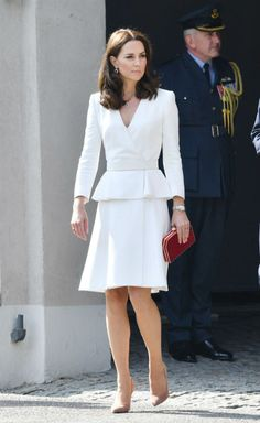 Thoughtful Kate's diplomatic dressing – see the tributes she pays with her outfits Kate Middleton has been honouring the countries she has been visiting during her royal tour of Poland and Germany. Take a look at her thoughtful outfits Kate Middleton Outfits, Looks Kate Middleton, Kate Middleton Fashion, Classy Chic, Classy Dress, Classy Outfits, Duchess Kate, Duchess Of Cambridge, Trendy Dresses