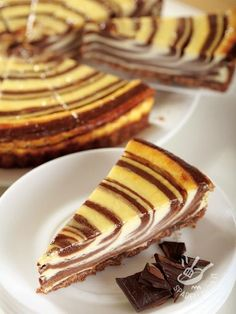 Cheesecake yogurt and chocolate - Ci sono dolci che sembrano quadri. Questo, con le sue sfumature geometriche, è così bello che dispiace affondarvi il cucchiaino. Ma chi riesce a resistere? #Yogurtcheesecake #chocolatecheesecake #cheesecakealcioccolato