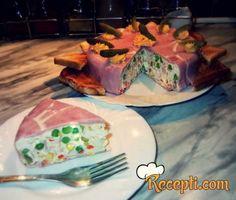 Recept zaNovogodišnju slanu tortu. Za spremanje predjela neophodno je pripremiti šunku, majonez, pavlaku, kocku za supu, želatin, krastavčiće, jaja, grašak, kukuruz, so.