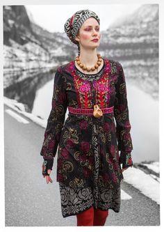 """Mette"" blouse in eco-cotton – Blouses & waistcoats – GUDRUN SJÖDÉN – Webshop, mail order and boutiques Boho Chic, Hippy Chic, Bohemian Mode, Bohemian Style, Moda Hippie, Bohemian Schick, Boho Fashion, Womens Fashion, Fashion Design"