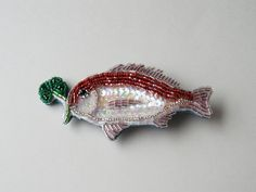 「寿tai」 鯛がよつばのクローバーをくわえておめでたい事この上なし!のブローチ。 大切な方のご結婚、出産、お誕生祝いに。