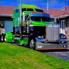 What a beauty this high bunk custom Kenworth is! A real looker in black with bright green contrast. Show Trucks, Big Rig Trucks, Dump Trucks, Old Trucks, Kenworth T800, Scania V8, Peterbilt Trucks, Peterbilt 379, Auto Jeep