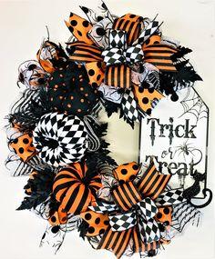Halloween Mesh Wreaths, Easy Fall Wreaths, Halloween Porch Decorations, Deco Mesh Wreaths, Holiday Wreaths, Halloween Crafts, Wreath Fall, Yarn Wreaths, Winter Wreaths