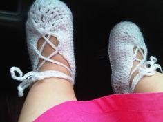 zapatos blancos con diseño entrelazado.
