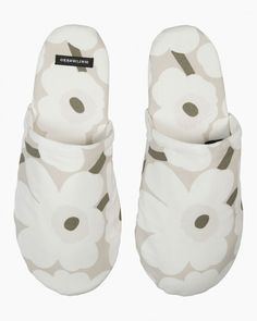 These cotton slippers feature the beige, white and greyish green Mini Unikko (poppy) pattern, which is printed in Helsinki. The slippers have rubber soles and they come in three different sizes. Marimekko's famous poppy pattern Unikko was born Garden Bags, Poppy Pattern, Marimekko, Good Grips, Cushion Covers, Accessories Shop, Flower Patterns, Baby Shoes, Floral Prints