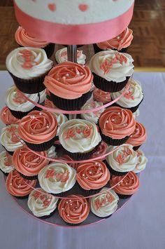 <3 <3 ADD diy www.customweddingprintables.com #customweddingprintables... Coral and cream wedding cupcakes