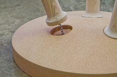 Uma mesa de cortiça com pernas de saca-rolhas | P3