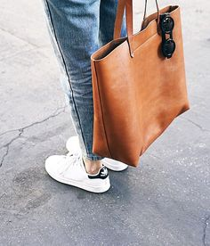 Cabas en cuir fauve + baskets blanches = le bon mix
