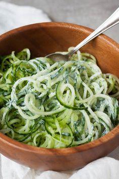 5-Minuten Gurken-Spaghetti mit Joghurt, Zitrone und Dill. Dieses Rezept aus sechs Zutaten ist erfrischend, schnell gemacht und richtig lecker. Unbedingt ausprobieren - http://kochkarusell.com